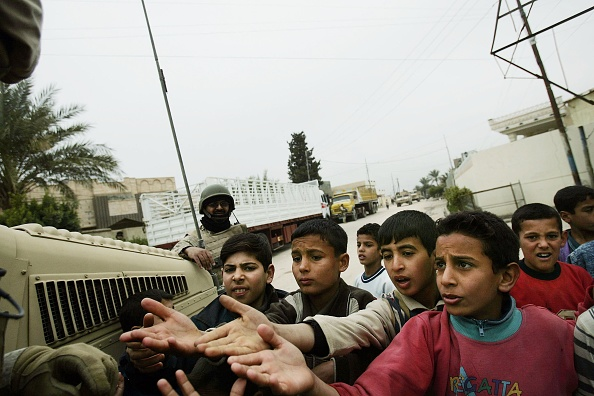 Handout「U.S. Forces Patrol In Khaldiyah, Iraq」:写真・画像(2)[壁紙.com]