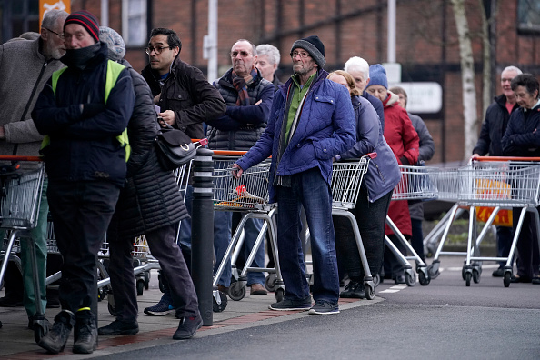 Sainsburys「Supermarkets Enforce Rules To Stop 'Panic Buying,' And Help Elderly」:写真・画像(7)[壁紙.com]