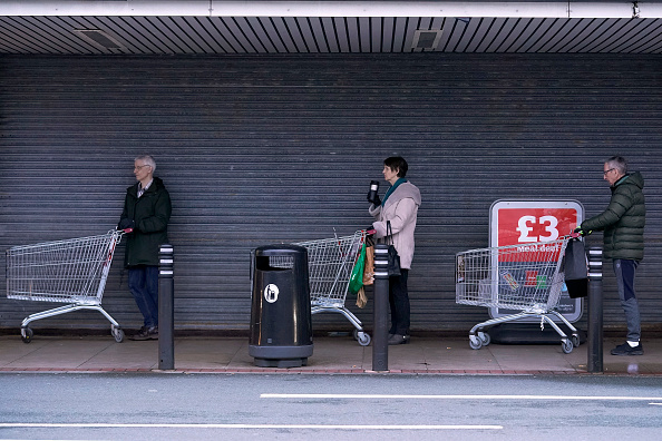 UK「Supermarkets Enforce Rules To Stop 'Panic Buying,' And Help Elderly」:写真・画像(9)[壁紙.com]