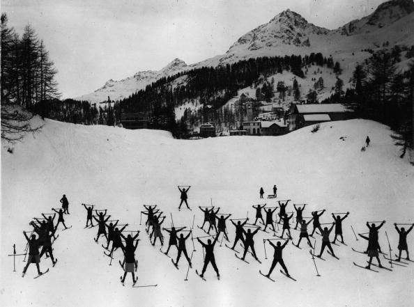 20th Century「Ski school in St. Moritz. Photograph. Around 1930」:写真・画像(2)[壁紙.com]
