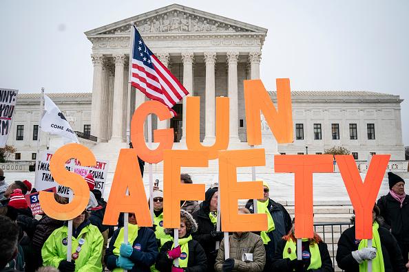 警戒「Activists Rally As Supreme Court Hears Arguments NYC Gun Control Case」:写真・画像(6)[壁紙.com]