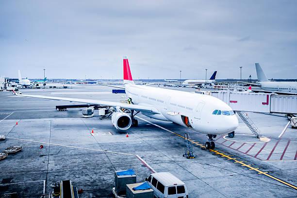 Commercial Jet at Gate:スマホ壁紙(壁紙.com)
