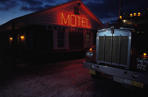 Motel「Commercial truck in front of motel with lit neon sign, dusk」:スマホ壁紙(8)