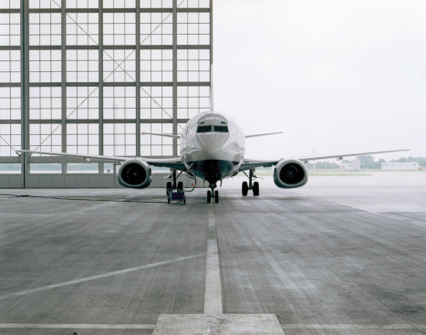 Commercial Airplane「Commercial aircraft in hangar」:スマホ壁紙(5)