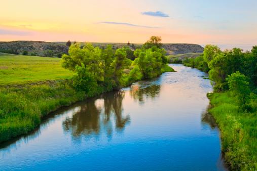 透明「静かな夕暮れ時の流れの田舎モンタナ」:スマホ壁紙(13)