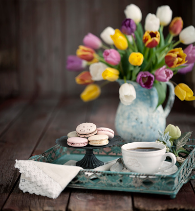 Macaroon「Easter Bouquet of Tulips, Tea and Macaroons on an old Wood Background」:スマホ壁紙(13)