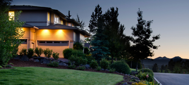 Twilight「Twilight exterior of home and lawn」:スマホ壁紙(17)