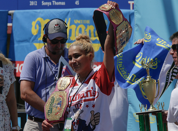 Hot Dog「Professional Eaters Compete In Annual Nathan's Hot Dog Eating Contest」:写真・画像(19)[壁紙.com]
