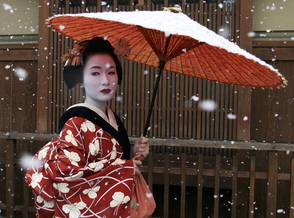 芸者「Maiko and Geisha Attend New Year's Ceremony」:写真・画像(0)[壁紙.com]