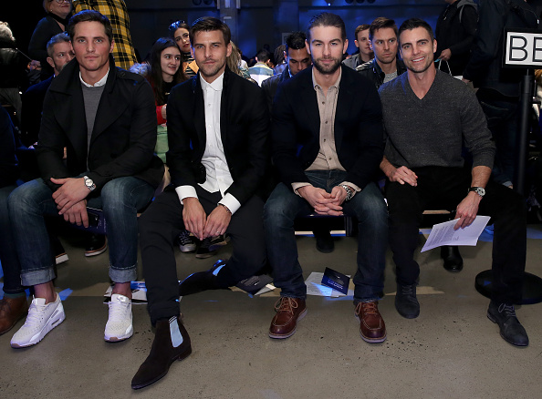 座る「Nautica - Front Row - New York Fashion Week Men's Fall/Winter 2016」:写真・画像(4)[壁紙.com]