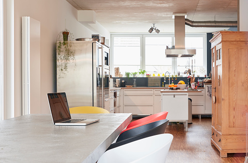 Kitchen「Laptop on dining table」:スマホ壁紙(7)