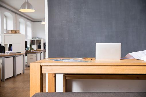 Horizontal「Laptop on desk in empty office」:スマホ壁紙(17)