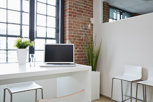 2015「Laptop on desk in modern office」:スマホ壁紙(17)
