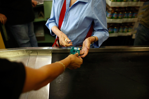 Paying「Credit Card Reform Legislation Would Tighten Rules On Rates And Fees」:写真・画像(6)[壁紙.com]