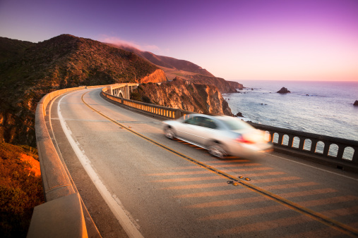 California State Route 1「Car crossing the Bixby Bridge, Big Sur, California, USA」:スマホ壁紙(10)