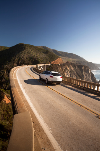 Bixby Creek Bridge「Car crossing the Bixby Bridge, Big Sur, California, USA」:スマホ壁紙(3)