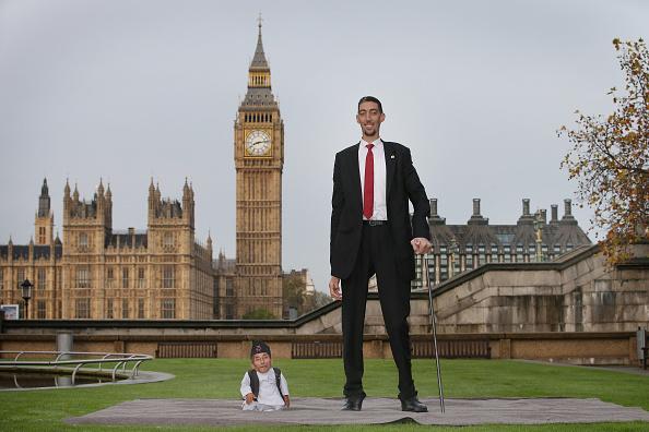 Men「World's Tallest And Shortest Men Meet For Guinness World Records Day」:写真・画像(19)[壁紙.com]