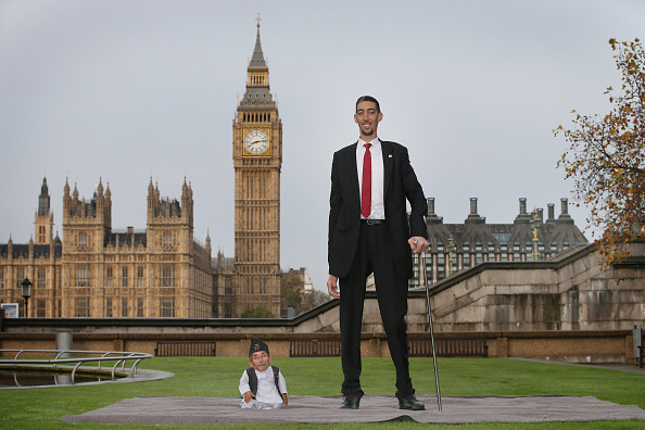 Tall - High「World's Tallest And Shortest Men Meet For Guinness World Records Day」:写真・画像(0)[壁紙.com]