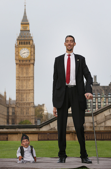 Tall - High「World's Tallest And Shortest Men Meet For Guinness World Records Day」:写真・画像(13)[壁紙.com]