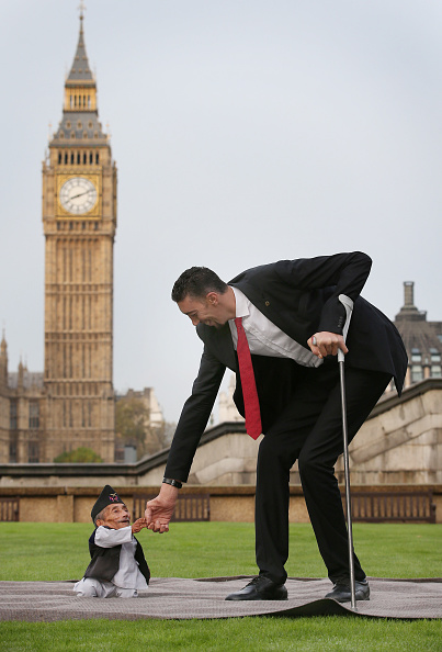 Tall - High「World's Tallest And Shortest Men Meet For Guinness World Records Day」:写真・画像(12)[壁紙.com]