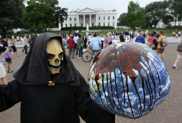Globe - Navigational Equipment「Activists Protest As BP Chairman Visits White House」:写真・画像(19)[壁紙.com]