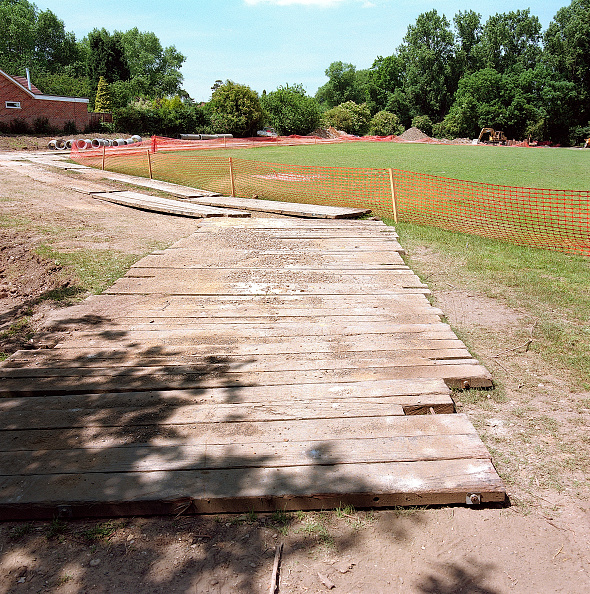 2002「Temporary site access road across landscaped area protected by timber boards.」:写真・画像(13)[壁紙.com]