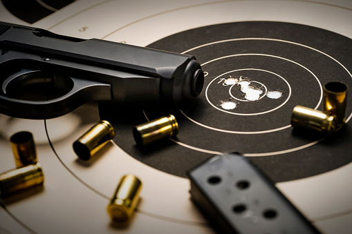 Target Shooting「Gun and ammo on target」:スマホ壁紙(14)