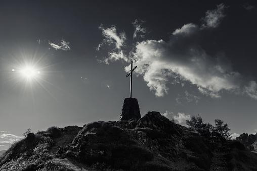 モノクロ「Symbol of Christian faith on a mountain top」:スマホ壁紙(15)
