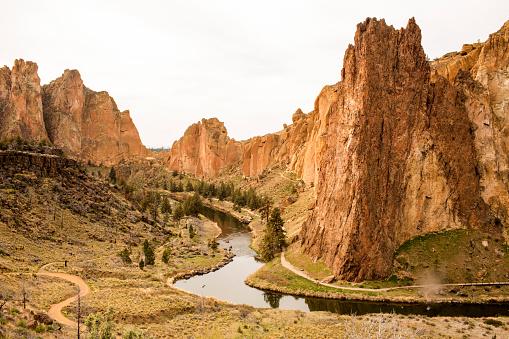 Steep「Stream through sheer cliffs in desert landscape, Smith Rock State Park, Oregon, United States」:スマホ壁紙(14)