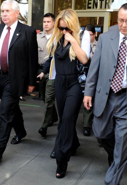 Surrendering「Lindsay Lohan Probation Hearing」:写真・画像(18)[壁紙.com]