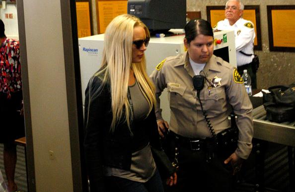 Surrendering「Lindsay Lohan Surrenders」:写真・画像(15)[壁紙.com]
