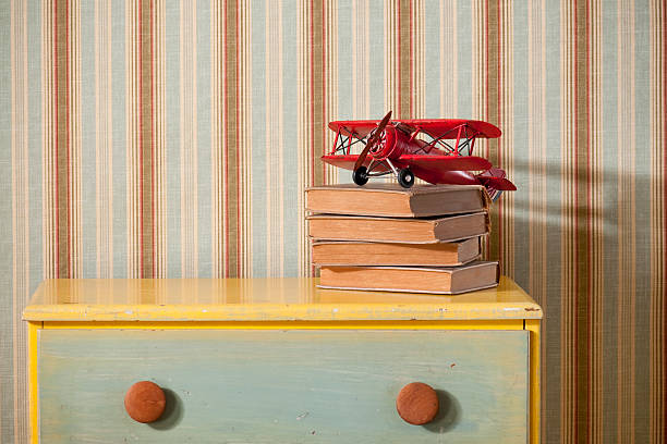 Chest Of Drawers With Books in Empty Bedroom:スマホ壁紙(壁紙.com)