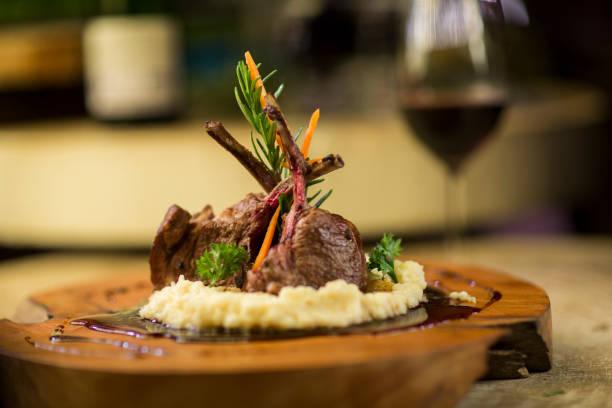 Garnished lamb chop on wooden serving plate:スマホ壁紙(壁紙.com)