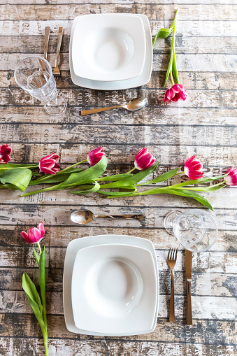 チューリップ「Two place settings on table decorated with tulips」:スマホ壁紙(8)