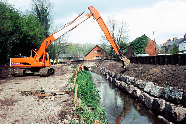 Construction Industry「Long reach excavator finishing embankment face on a drainage channel for flood protection in Newport, Wales, UK」:写真・画像(18)[壁紙.com]