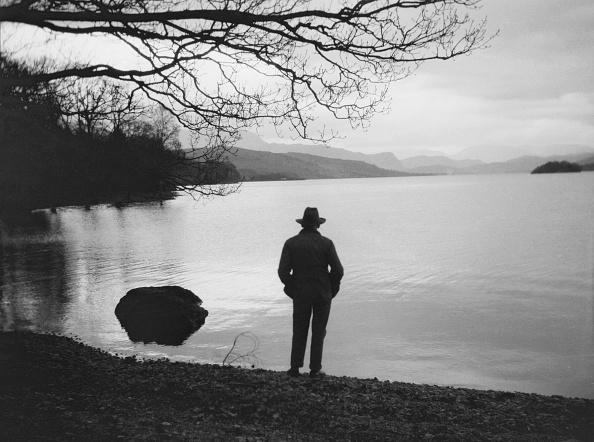 Standing「Silhouetted Man On Lake」:写真・画像(16)[壁紙.com]