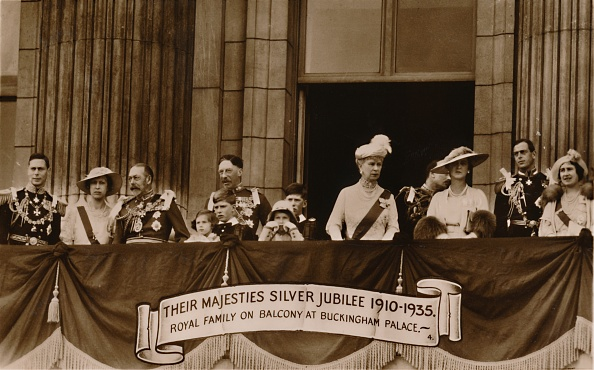 Balcony「Their Majesties Silver Jubilee 1910-1935 Royal Family On Balcony At Buckingham Palace」:写真・画像(19)[壁紙.com]