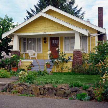 Bungalow「Yellow bungalow style house with garden, exterior view」:スマホ壁紙(14)