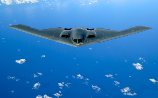 Bomber Plane「May 30, 2006 - A B-2 Spirit soars through the sky after a refueling mission over the Pacific Ocean.」:スマホ壁紙(10)