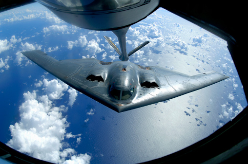 Bomber Plane「May 30, 2006 - A B-2 Spirit moves into position for refueling from a KC-135 Stratotanker over the Pacific Ocean. 」:スマホ壁紙(11)
