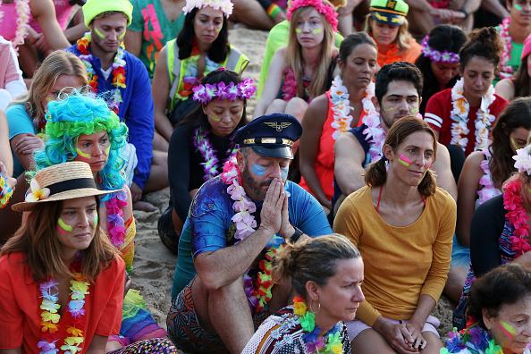 座る「Surfers Gather To Raise Awareness Of Mental Health」:写真・画像(15)[壁紙.com]