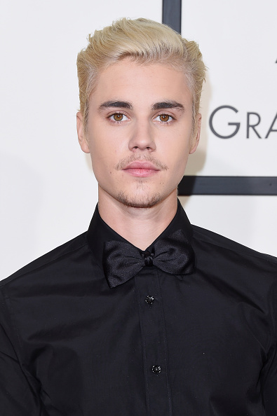 Looking At Camera「The 58th GRAMMY Awards - Arrivals」:写真・画像(10)[壁紙.com]