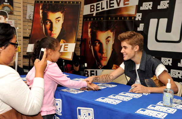 Greeting「Justin Bieber Autograph Signing And Fan Meet And Greet」:写真・画像(10)[壁紙.com]