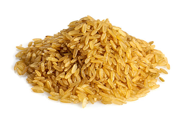 A pile of uncooked brown rice on a white background:スマホ壁紙(壁紙.com)
