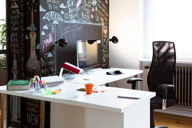 Empty desk in creative office:スマホ壁紙(壁紙.com)