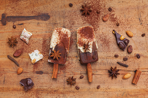 Star Anise「Homemade espresso and white chocolate ice lollies with winter spices on wooden background」:スマホ壁紙(14)