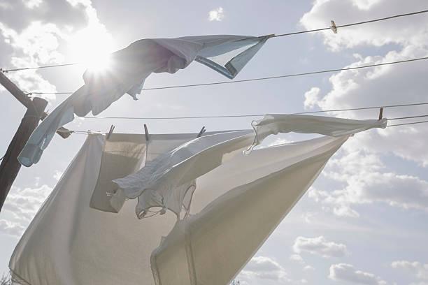 Laundry hanging on clothesline in sunlight:スマホ壁紙(壁紙.com)