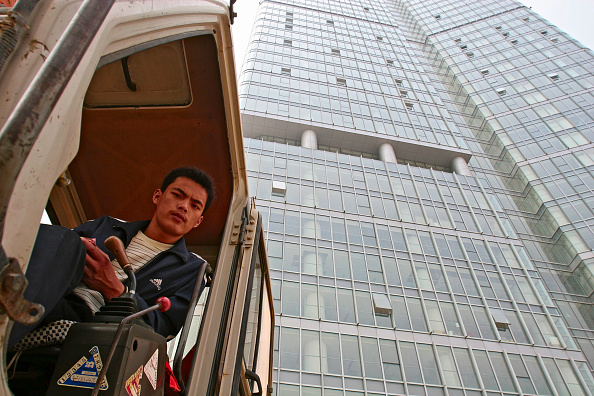 Construction Equipment「A digger driver outside Fortune Plaza in central Beijing.」:写真・画像(10)[壁紙.com]