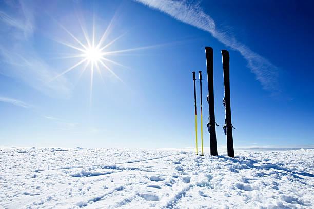 Skis on top of slope against sun:スマホ壁紙(壁紙.com)