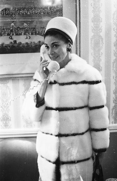 Victor Blackman「Margot On The Phone」:写真・画像(1)[壁紙.com]